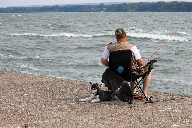 un pecheur avec son chien