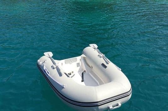 bateau gonflable dans l'eau