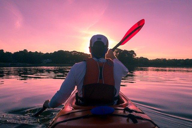 homme faisant du kayak sur un fleuve