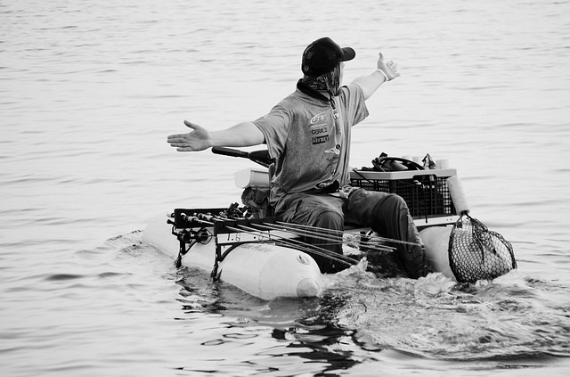 homme dans un float tube