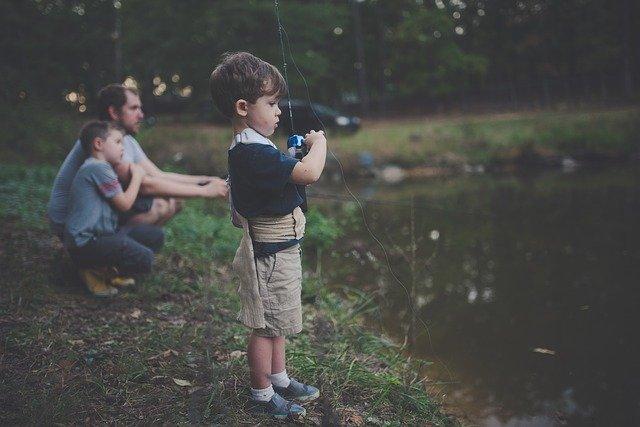 enfant qui peche proche du lac